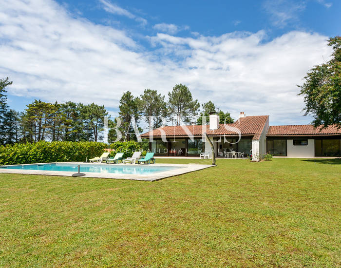 ARCANGUES, CLOSE TO THE GOLF COURSE, 252 SQM HOUSE BUILT IN THE SEVENTIES, ON 6700 SQM PARK