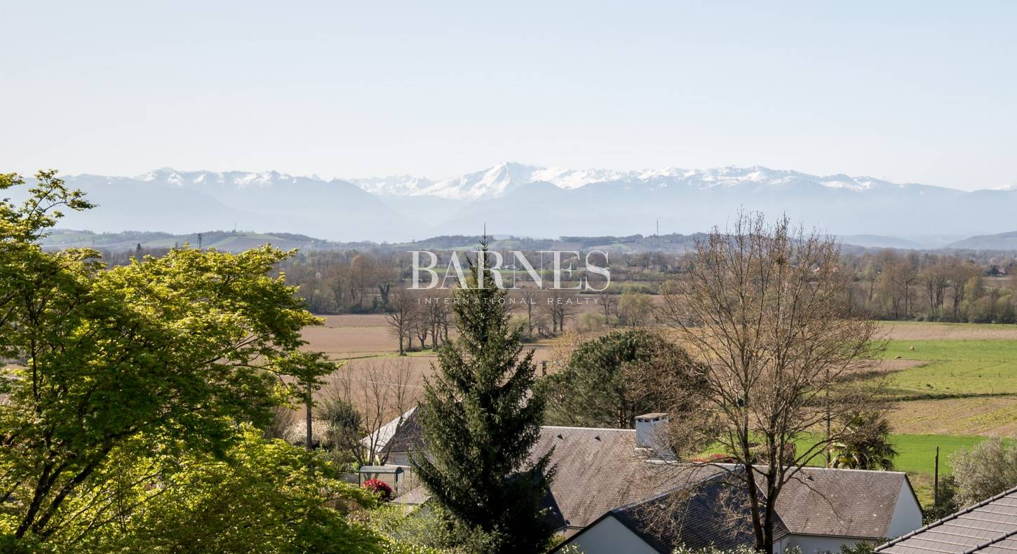 A SEULEMENT 5 MINUTES DE PAU, MAISON CONTEMPORAINE, 3 APPARTEMENTS ET DEPENDANCES A AMENAGER SUR 5000 M² DE TERRAIN