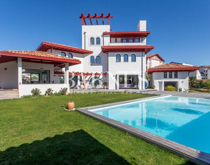 VERY NICE CONTEMPORARY HOUSE, 10 MINUTES WALK FROM THE BEACH OF SAINT JEAN DE LUZ AND FROM THE CENTER, 6 BEDROOMS, 14 PERSONS. HEATED SWIMMING POOL.