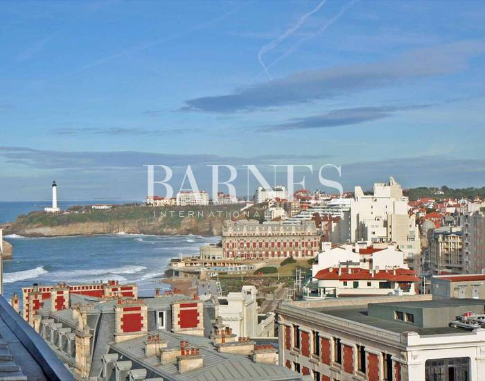 BIARRITZ, 153.50 SQ.M APARTMENT IN A CHARACTER BUILDING, NICE VIEW