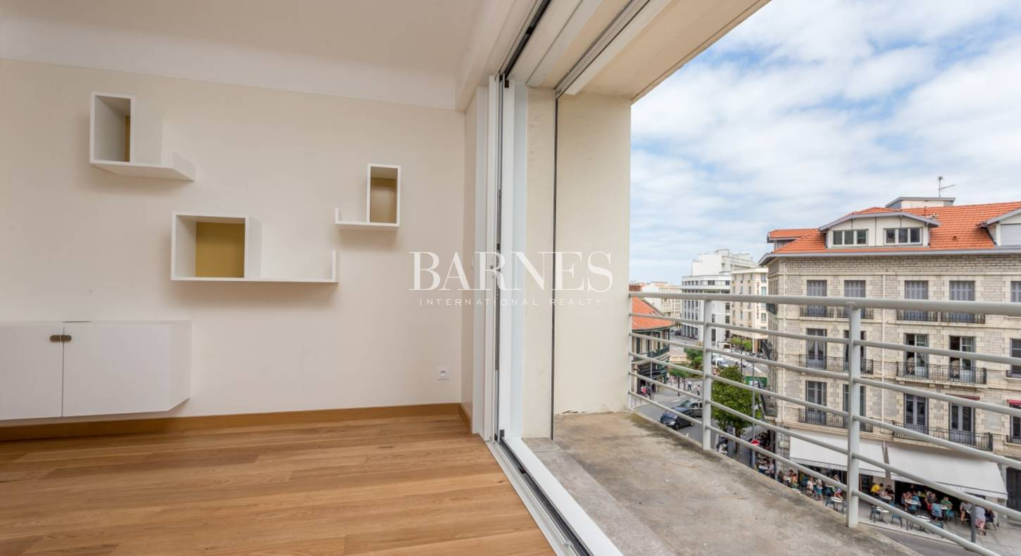 biarritz centre ville appartement traversant avec grand balcon barnes c te basque. Black Bedroom Furniture Sets. Home Design Ideas