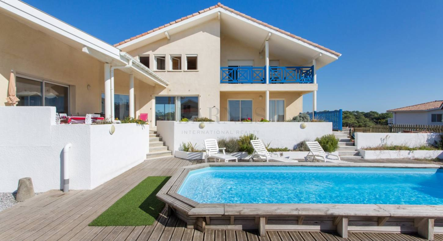 hossegor house with swimming pool facing the ocean